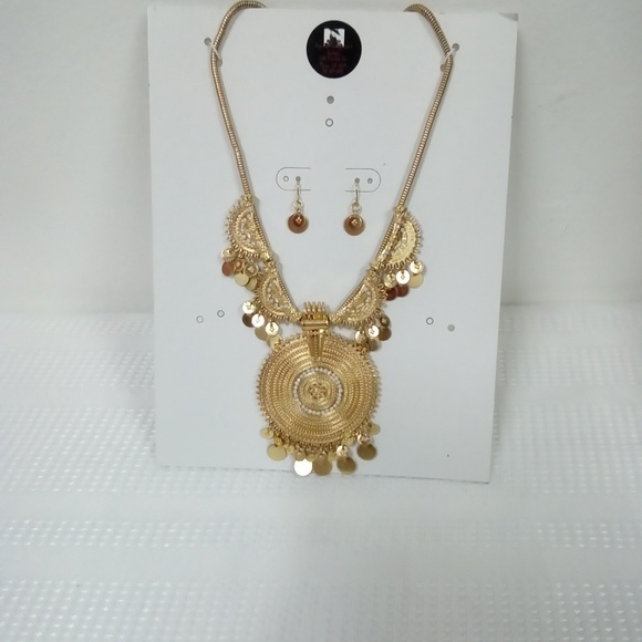 Deja Vous Jewelry - NWT Circle Statement Necklace